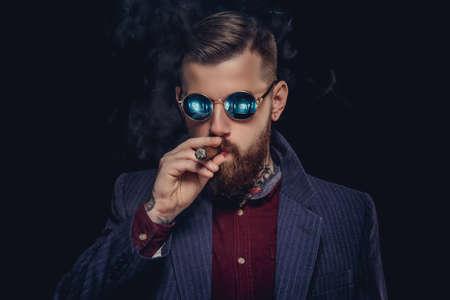 cigare: Bearded guy in sunglasses smocking cigar.