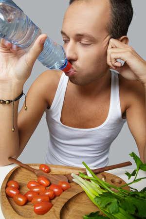 sediento: Un hombre agua potable sed. Foto de archivo