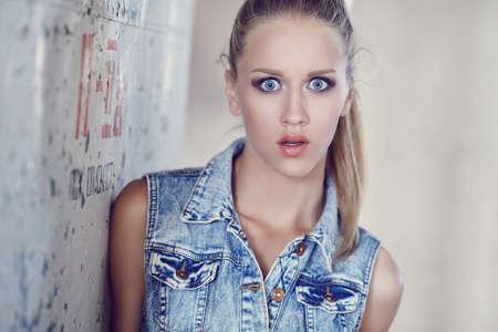 Portret van verraste vrouw met blauwe ogen.