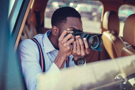 afroamericanas: Un tiroteo en Blackman DSLR desde el coche. Foto de archivo