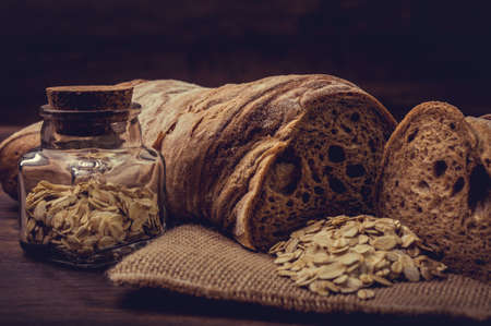 semillas de girasol: Las semillas de girasol y trozos de pan integral.