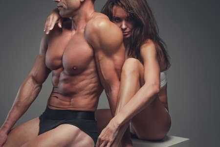 ropa interior niñas: Hermosa pareja de fitness presenta en un estudio. Foto de archivo