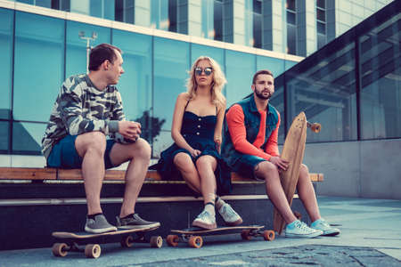 luz natural: Casual longboarders posing in a town in natural light.