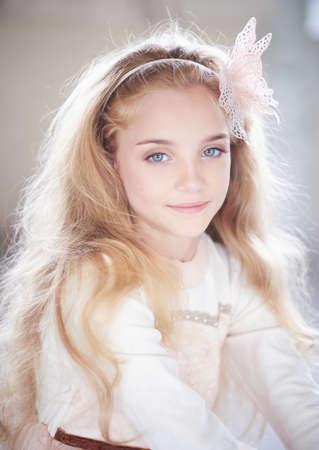 blonde yeux bleus: Portrait mignon blond yeux bleus adolescente.