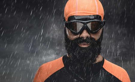 sotto la pioggia: Bearded scuba swimmer under rain drops. Archivio Fotografico