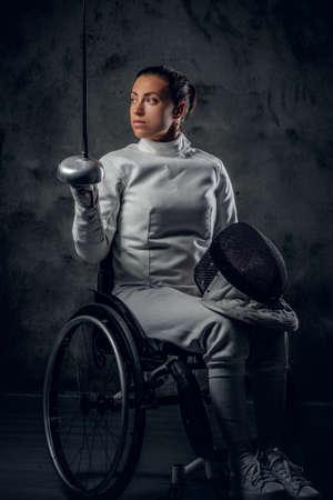 esgrimista: esgrimista en silla de ruedas femenino en estudio.