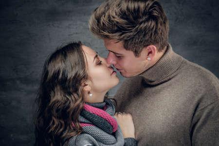 pareja apasionada: Cerca de retrato de una pareja apasionada antes de su primer beso.