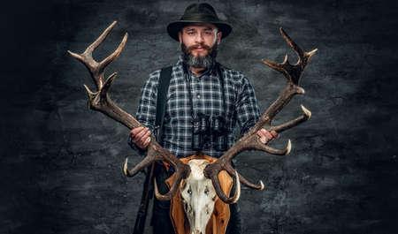 Portrét lovce má lebku jelena.