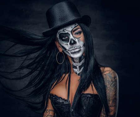페인트 두개골 얼굴 좀비 여자의 초상화입니다.