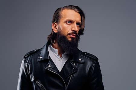 Portret van bebaarde man met lang haar, gekleed in een zwart lederen jas.