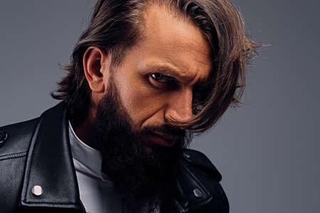 Close-up portret van de wilde keek bebaarde man met lang haar.