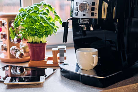 Machine à café professionnelle pour usage domestique et communication de smart watch, tablette PC et téléphone intelligent. Banque d'images - 75717477