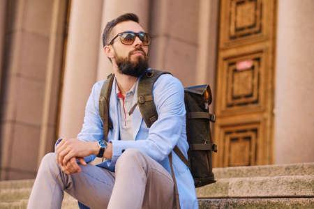 Městský cestovatel vousatý muž s batohem. Reklamní fotografie