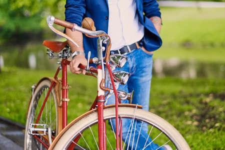 Zblízka obraz muže na retro bicyklu.