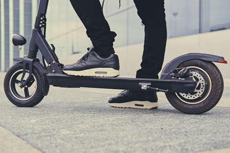 Cierre de imagen de un hombre en un scooter eléctrico Foto de archivo - 87476265