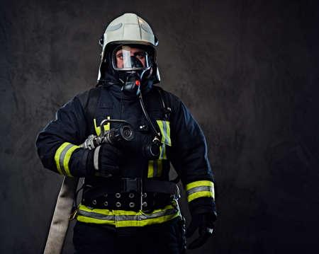 소방 관의 스튜디오 초상화 제복 및 산소 마스크를 입은.