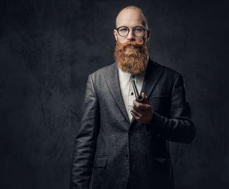 전통 파이프 담배 흡연 남자입니다.