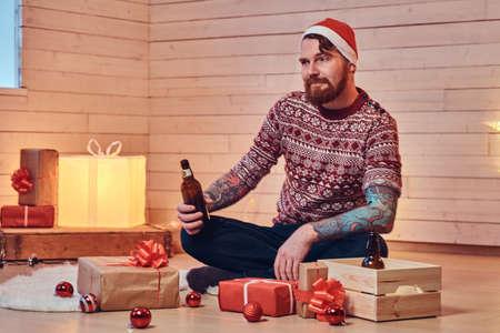 Muž pije pivo.