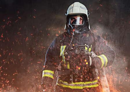 Ein Feuerwehrmann in einer Uniform in einem Studio gekleidet Standard-Bild