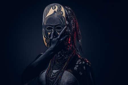 Retrato de primer plano de una bruja de la tribu africana indígena, vestida con traje tradicional. Concepto de maquillaje. Foto de archivo