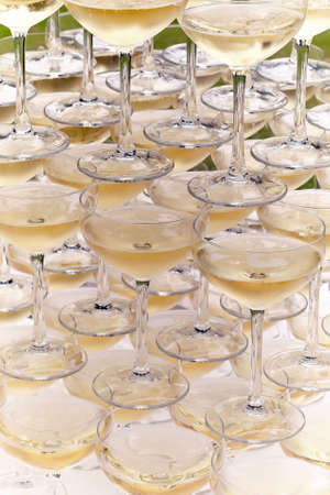 Champagne glasses standing in a tower at a festive event, party or wedding reception. Champagne pyramid. Stockfoto
