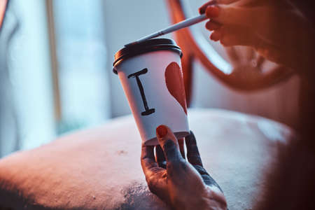 Process of creating a designer coffee cup for a customer. Imagens
