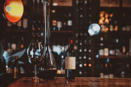 Weingläser auf dem Tisch stehen zur Weinprobe in einer Kunsthandwerksboutique mit einer großen Auswahl an Alkohol bereit.