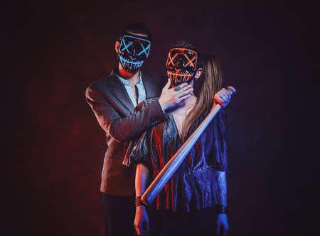 Paar mit Masken hautnah.