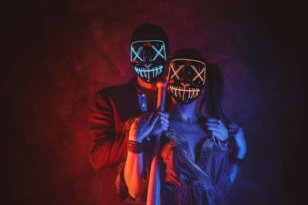 Paar mit Masken hautnah. Standard-Bild