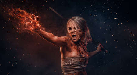 Mujer guerrera de fantasía con trapo manchado de sangre y barro en el fragor de la batalla. Cosplayer como Ciri de The Witcher