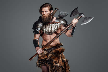 Proud viking with two axes and grimy face prepared to fight Banque d'images
