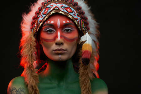 Aboriginal woman with painted skin and traditinal indian headwear Stock fotó