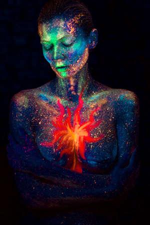 Bouchent le portrait abstrait UV du cosmique hors de l'espace Banque d'images