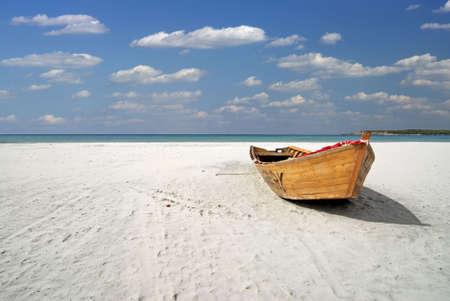 sardaigne: Bateau de p�che en bois sur la plage blanche