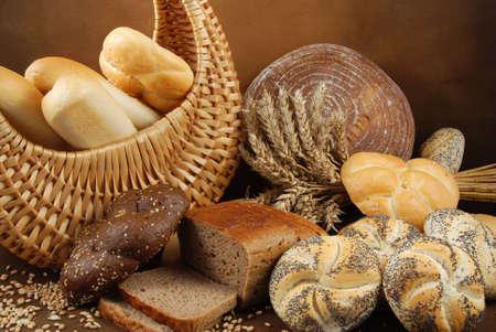 prodotti da forno: Fresche vari prodotti da forno con un cesto di grano e cereali uno orecchie