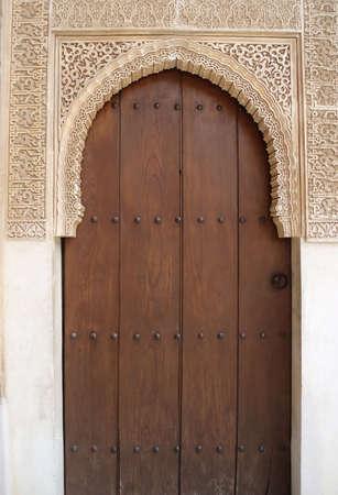 andalusien: Sch�ne Portal wirth geschlossenen T�r zu den alten Palast Alhambra in Spanien