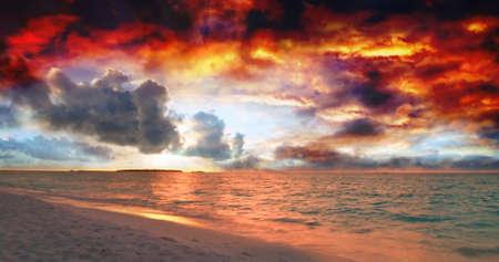 Colorido hermoso atardecer sobre el océano en las Maldivas visto de la playa