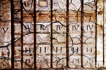 vieux livres: D�tail de la colonne vert�brale du livre ancien m�di�vale - tomes sur le droit en latin dans les fissures de style grunge wit Banque d'images