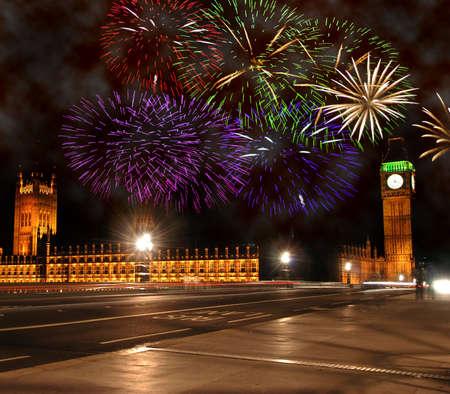 fuegos artificiales: Celebraciones del Año Nuevo en Londres. Fuegos artificiales sobre el Big Ben y las Casas del Parlamento