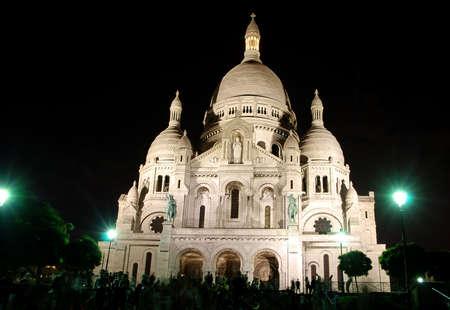coeur: Mooie kerk Sacré Coeur in Parijs schot bij nacht