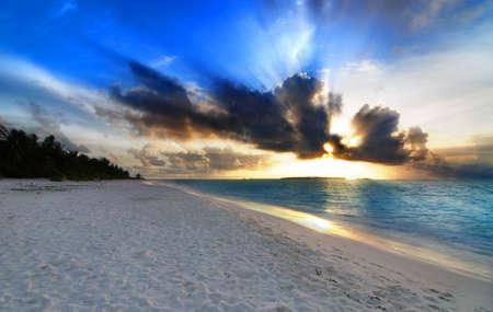 hdr: Beau coucher de soleil color� sur l'oc�an dans les Maldives vu de la plage avec le soleil - HDR