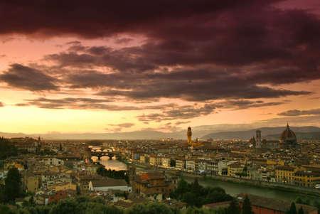 Mooie zons ondergang over de rivier de Arno in Florence, Italy