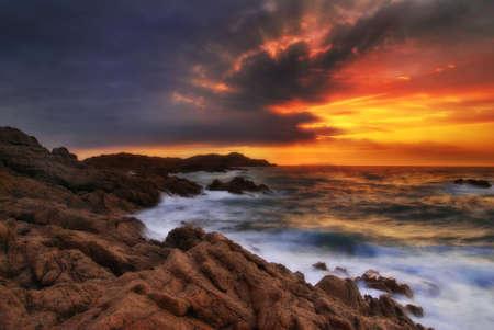 paisaje mediterraneo: Bella soñadora (fuerte pero con una mirada suave) puesta del sol sobre el mar en Cerdeña, Italia
