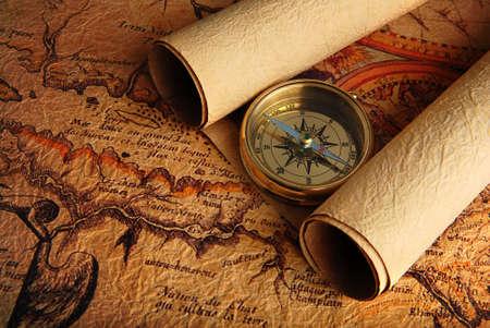 mapa del tesoro: Antiguo br�jula de lat�n, acostado en una muy viejo mapa Foto de archivo