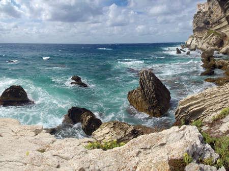 paisaje mediterraneo: Costa salvaje y hermosa de C�rcega c con espectaculares formaciones de piedras en el mar Foto de archivo