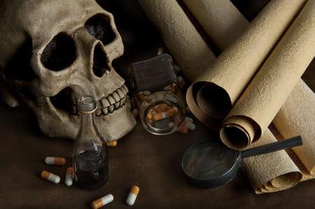 veneno frasco: Cient�fico Bodeg�n con cr�neo, documentos antiguos y varias p�ldoras