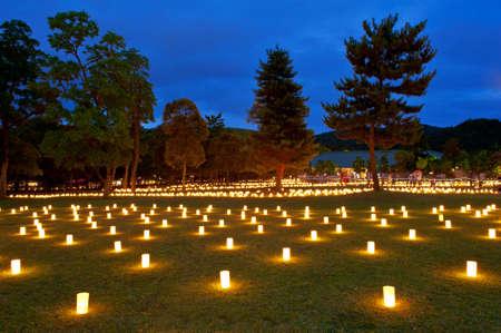 8 月 14 日お盆祭りと灯籠の何千もの 15 の間に奈良県の先祖を称えるために点灯しています。
