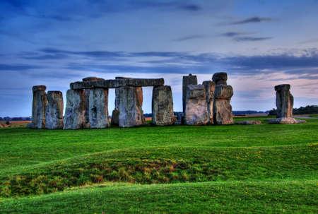 역사 기념물 스톤 헨지 멀지 않은 에임즈 베리의 마을에서 일몰, 영국. HDR