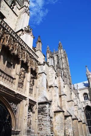 canterbury: C�l�bre cath�drale de Canterbury contre le ciel bleu