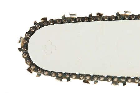 Détail de la scie à chaîne isolée sur le fond blanc
